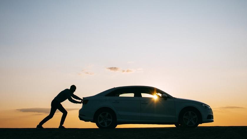 ¿Es buena idea empujar un coche moderno si se queda sin batería?